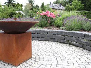 Rondell mit Granitpflaster und Natursteinmauer