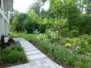 Kombination aus Betonpflaster, Platten und Granitpflaster